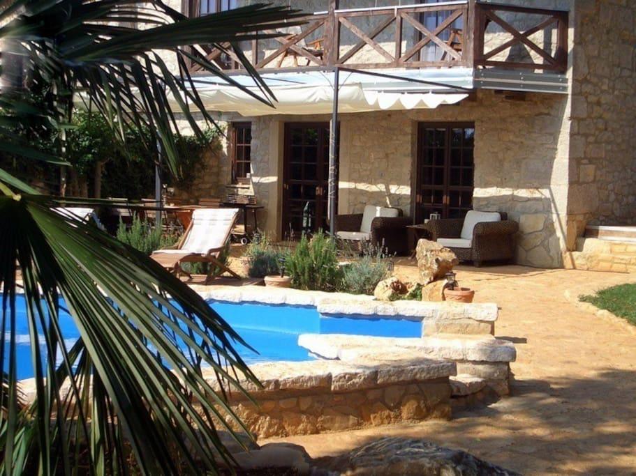 Pool, Terrasse und Haus