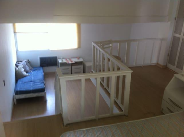 Apartamento triplex mobiliado