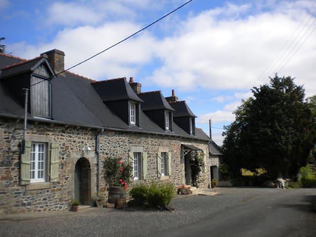 le roc bleu , longère typique bretonne .