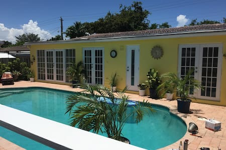 RELAXING ROOM, BEAUTIFUL TROPICAL POOL & DECK AREA - Pompano Beach