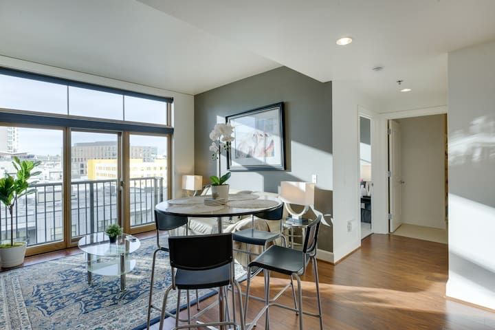 Elegant, Recently Upgraded Apt – Downtown Location