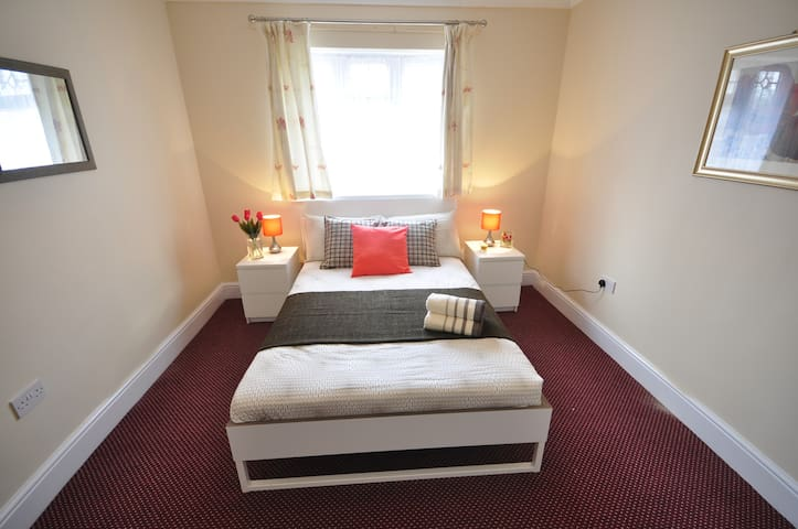 (92AST-4) Private room for 2 near Victoria park - Londen