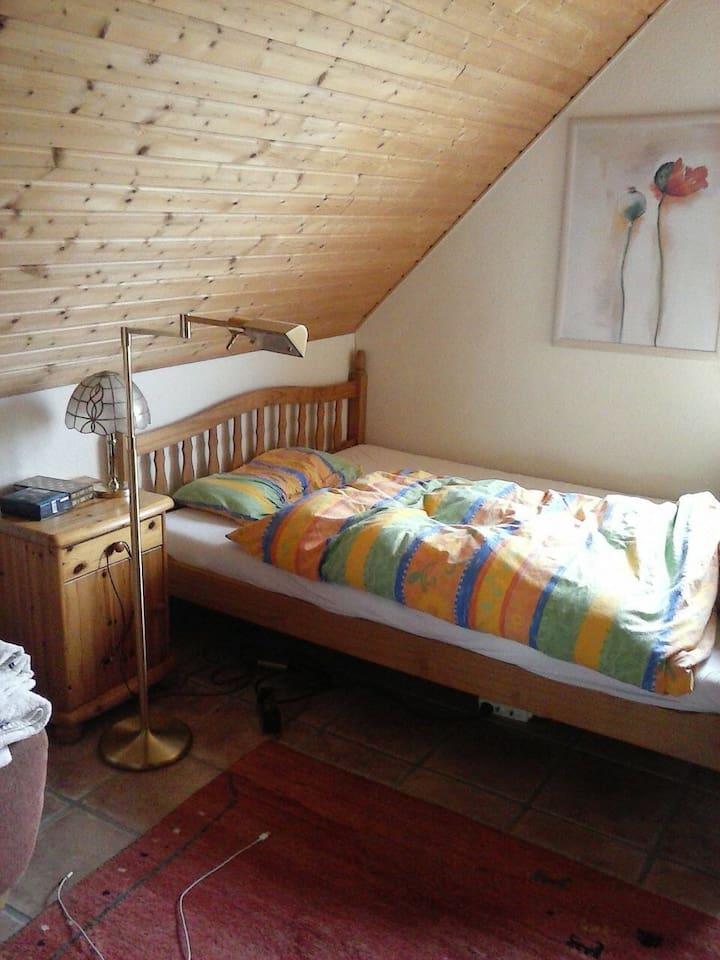Das Gästezimmer, mit bequemem Bett und guter Leselampe