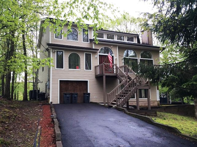 4 BR/4 BA Lakefront House with Hot Sauna & Wood Fireplace