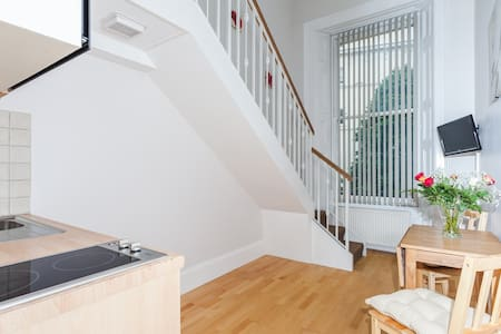 Cosy 1 Bed Mezzanine Studio in Kensington SL3 - London - Apartment