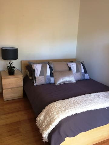 Deluxe Private Room & Bathroom in North Turramurra - North Turramurra - Dom