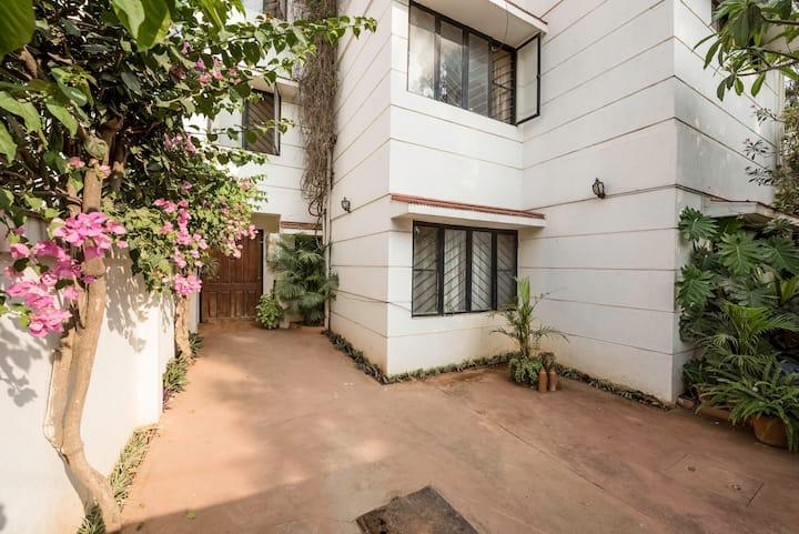 Dev's cheery large bedroom near Wipro, Sarjapur Rd