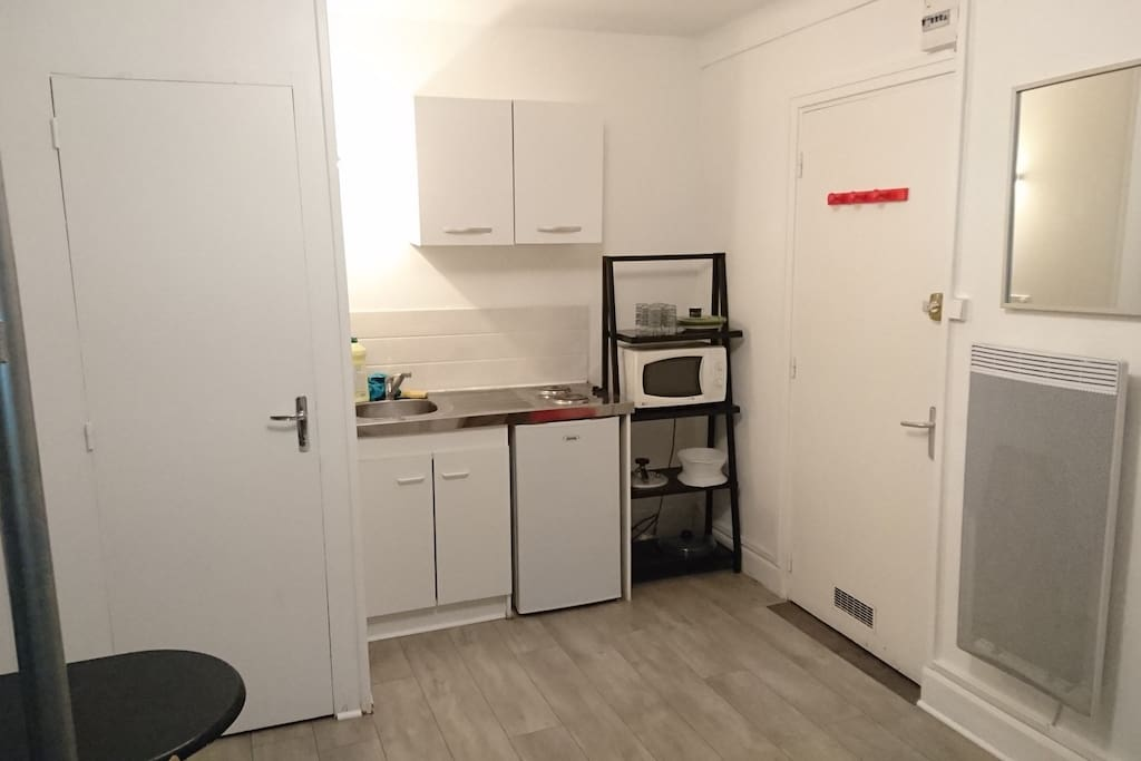 Kitchenette, micro -onde, cafetière, frigo, vaisselle, sèche cheveux, fer à repasser ect.. Café, huile, vinaigre sel/poivre.