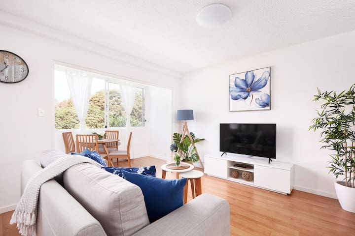 🌿Coogee Beach Escape🌿  ✨Modern, Sleeps 4 +Parking✨