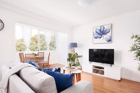 🌿Coogee Beach Escape🌿Modern, Sleeps 4 + Parking!🌿
