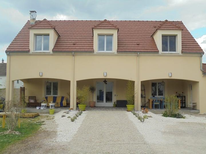 Jolie maison dans village calme au bord de l'Yonne