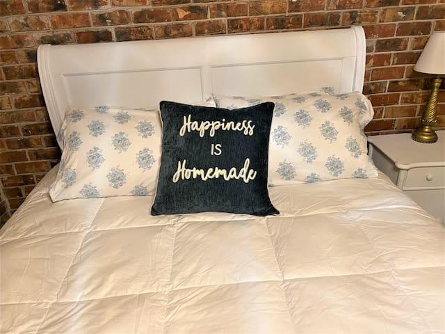 Queen plus mattress with four Bellagio premium pillows.
