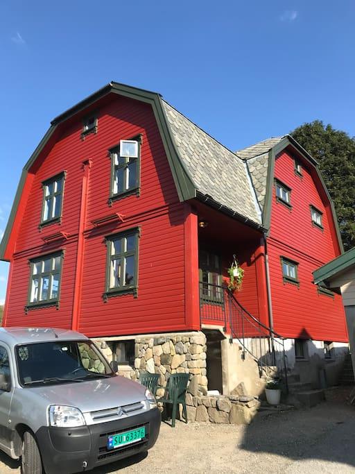 Inngangsparti og gårdsrom / entrance and parking spaces