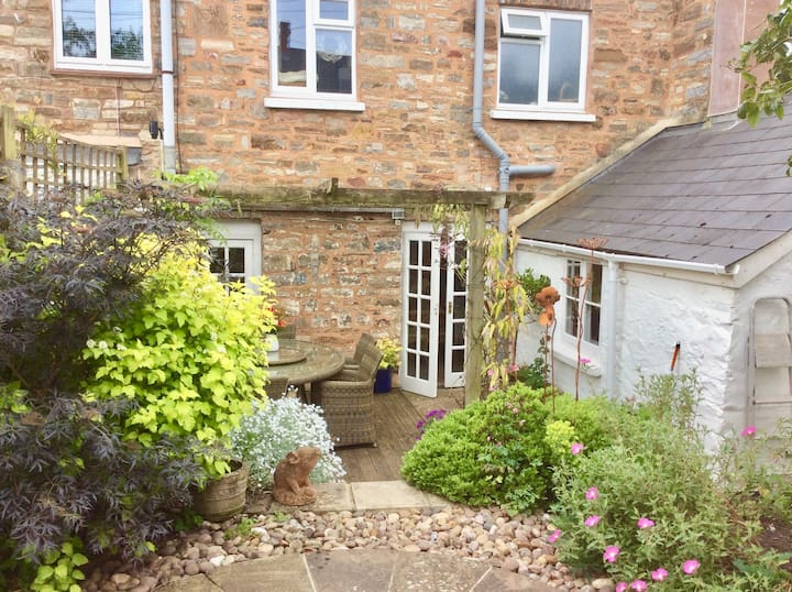 Bampton Home in central but quiet location