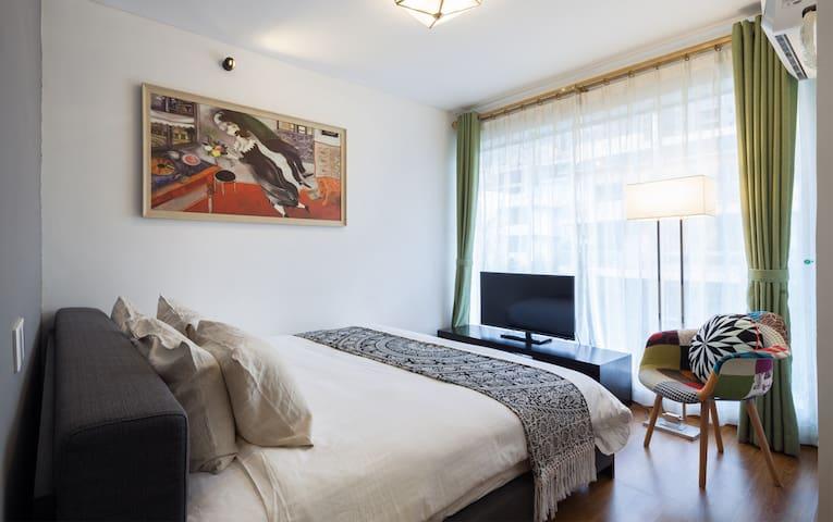 这间时尚大床房,落地玻璃窗延展了空间和视野〜