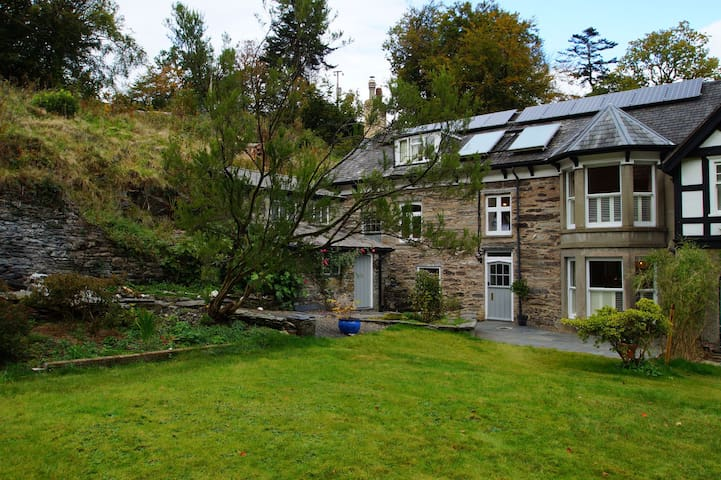 Holiday house in beautiful gardens - Machynlleth - House