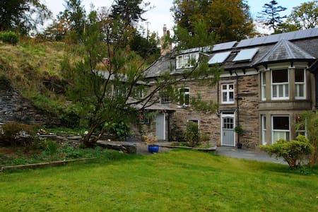 Holiday house in beautiful gardens - Machynlleth - Casa