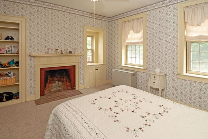 Historic 1805 Ivy Hall - Private Room