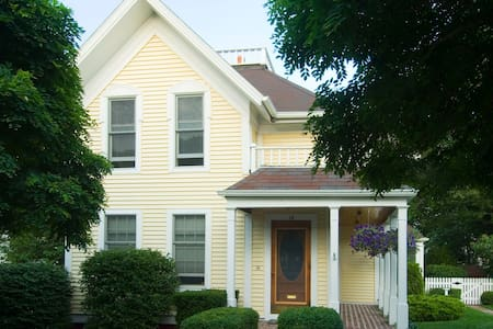 Charming Victorian home in downtown Grand Haven. - 그랜드 헤이븐(Grand Haven) - 단독주택