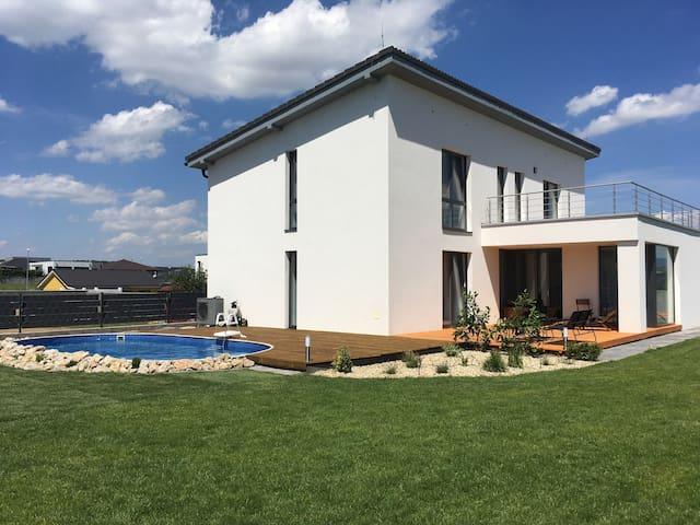 Dom s bazénom pre rodiny