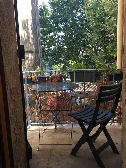Petit balcon avec 2 chaises et une table