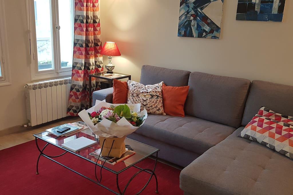 Pour la détente, beau canapé d'angle.....