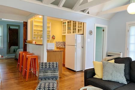 Sunshine Cottage ~ Pet Friendly & Great Location!