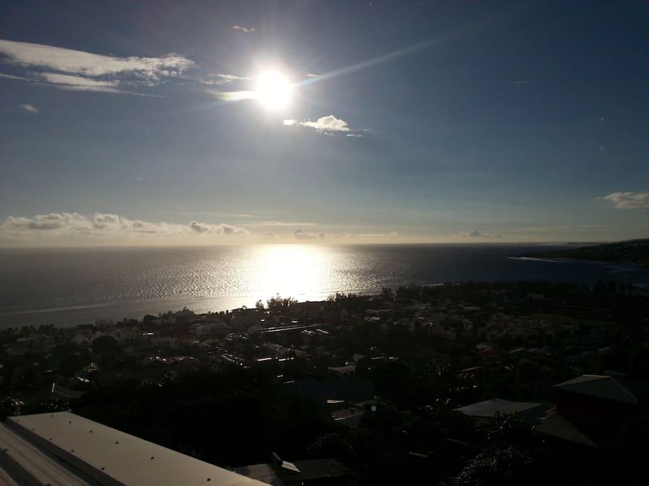 vue de la terrasse - ville de Saint-Leu et lagon