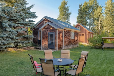 Private Guest Cottage on Elk!