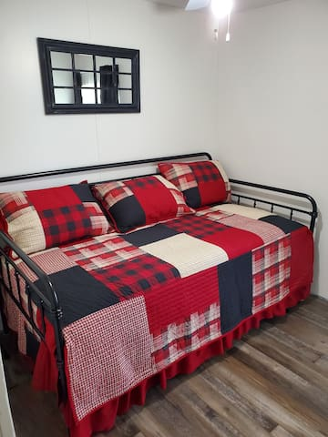 2nd small bedroom with twin daybed with trundle