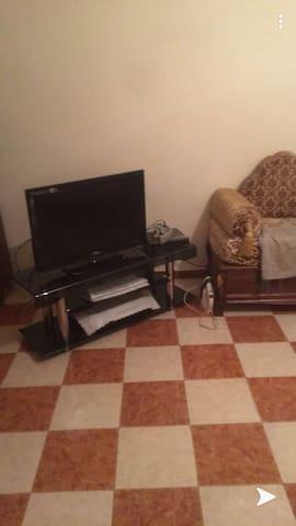Grande chambre propre climatisé avec un balcon