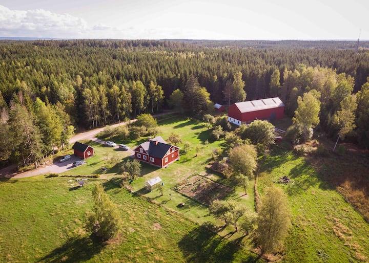 Lägenhet på gård i lantlig miljö.