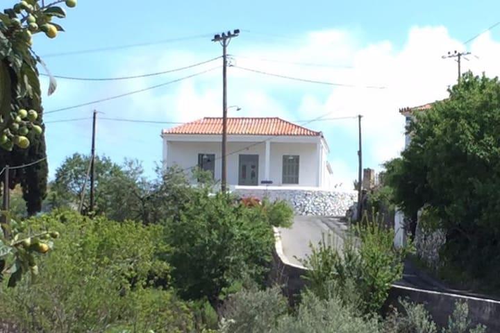 Villa Eleni, Karavas