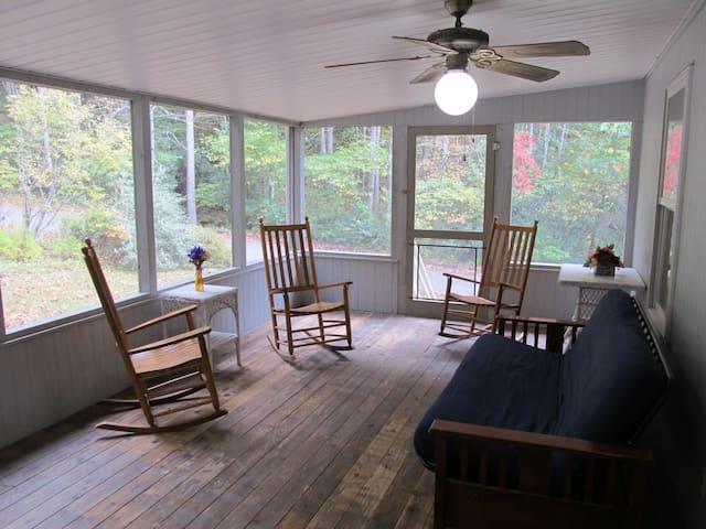 Creeksong Cottage near Dillsboro and Cherokee