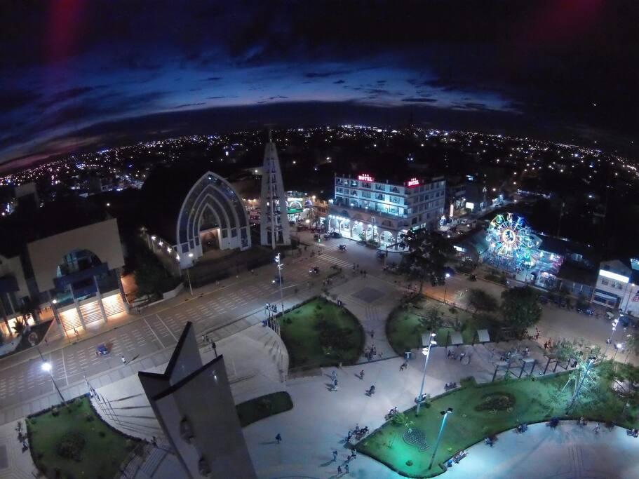 Vista nocturna aérea del Hotel
