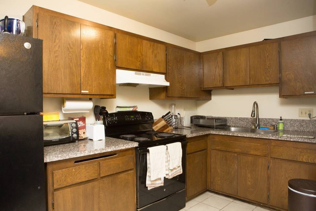 Kitchen (help yourself to cook and use fridge)