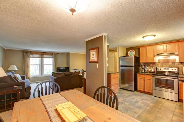 Groups & Family Friendly on Park w/ Large backyard