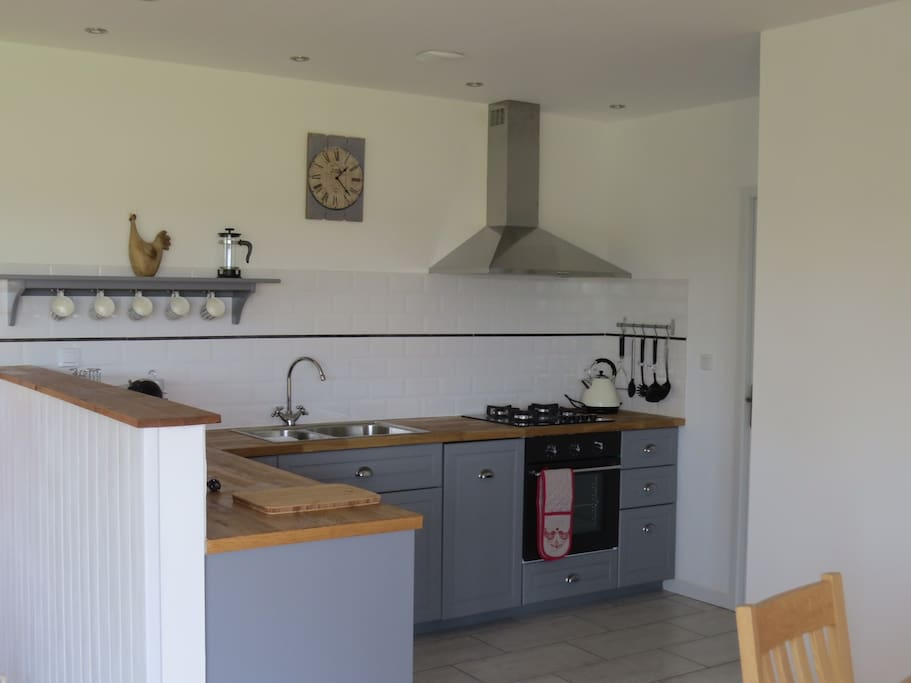 Fully equipped kitchen area with dishwasher
