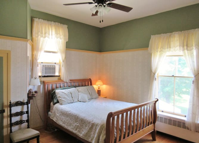 "Private ""Hunt"" Room in Historic Downtown Vergennes - Vergennes - บ้าน"