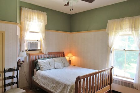 "Private ""Hunt"" Room in Historic Downtown Vergennes - Vergennes - 独立屋"