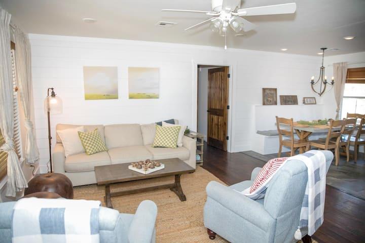 """Coblentz Cottage"" on homestead 20 min to Waco"