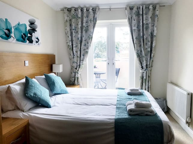 Close to beach. Contemporary First Floor apartment, 2 x Bedrooms / 2 bathrooms, Lift , free parking, free Wi-Fi. Sleeps 6.ENTIRE PLACE