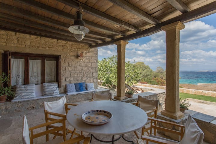 3-bedroom Stone House by the sea in Egina