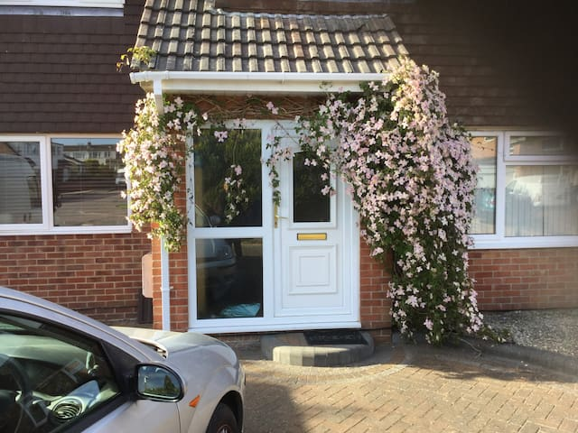 Semi Detached house In Poole 1 double 1 twin room