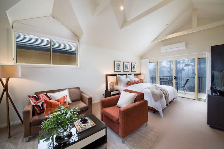 Luxe Loft, Spa & Fireplace
