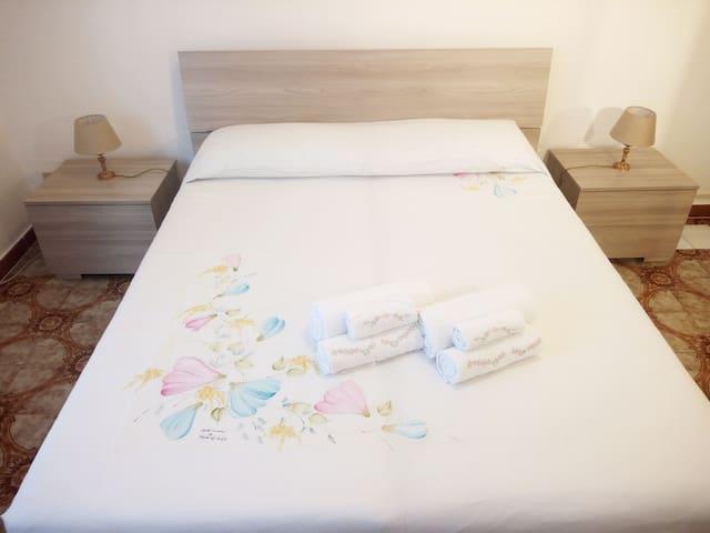 Camera matrimoniale 1 (climatizzata). La biancheria da letto e da bagno sono comprese nella tariffa.