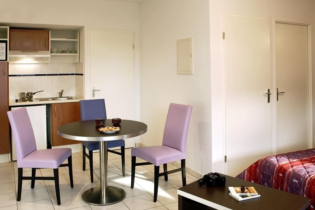 Make a snack in the kitchenette and enjoy it at the dining table.