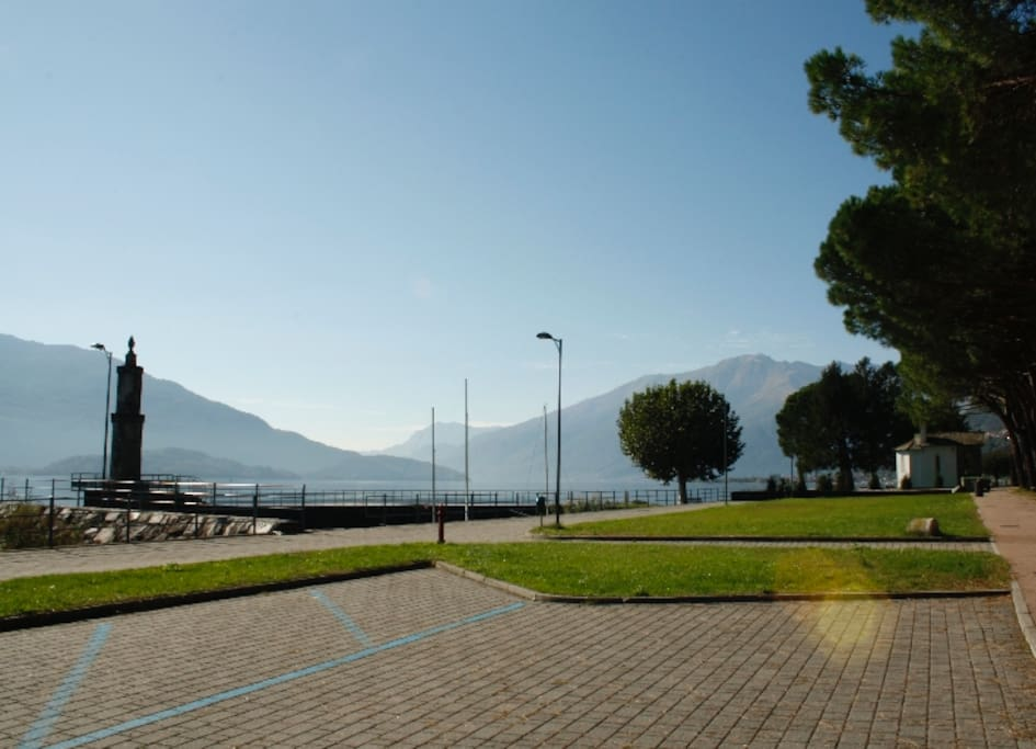 Direct gelegen aan grasweide/strand Comomeer/Situated directly on beach lake Como.
