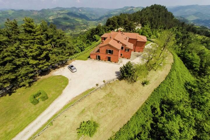 Villa con piscina y vistas panorámicas sobre las colinas verdes