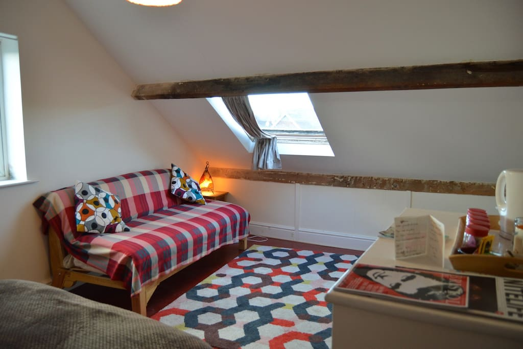 Your cosy room with 2 comfy double beds (double bed and double futon). Washbasin. Towels, bottled water, teas & kettle. Views of Clifton Suspension Bridge. Sleep well.